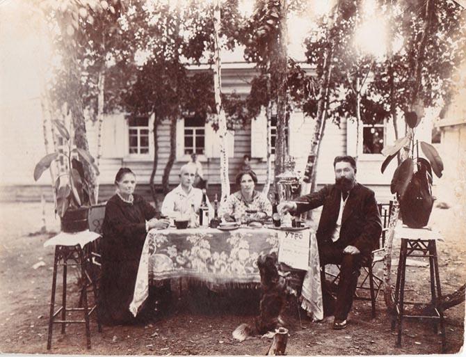 За чаем с газетой «Благовещенское утро». Фото из семейного архива Исаевых-Ящерицыных