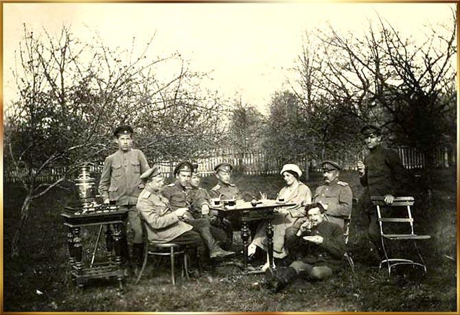 На отдыхе в саду деревни Любашево. Гости из 16-го желбата. 7 мая 1917 г.