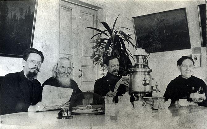 Чаепитие в Кургане. На снимке протоиерей Иоанн Волков