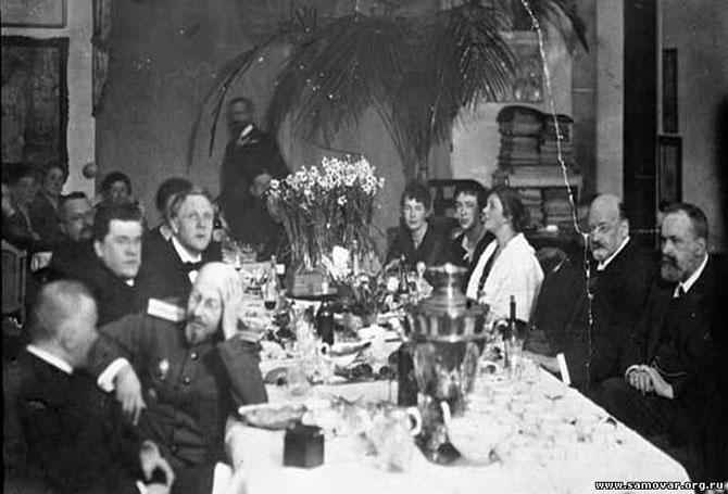 25 июля 1896 г.Чаепитие в доме московского художника и коллекционера И.С. Остроухова (второй справа). Третий слева Федор Шаляпин