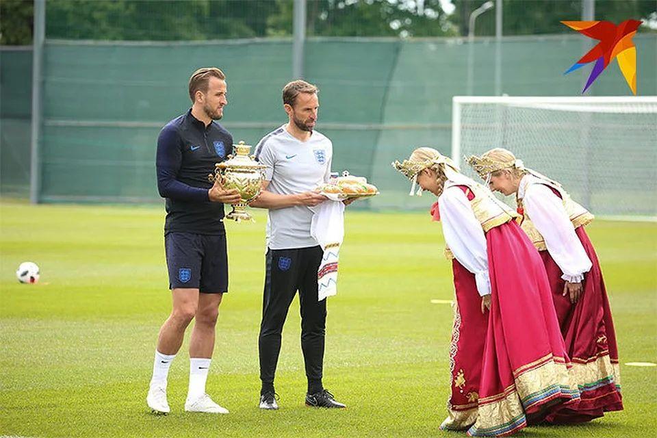 Нападающему сборной Англии Гарри Кейну подарили самовар. Чемпионат мира по футболу FIFA 2018 в России™